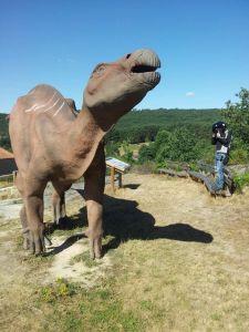 Dinosaurio de cartón piedra. Monumento adjunto a las huellas de dinosaurios que conservan en Regumiel, Burgos.