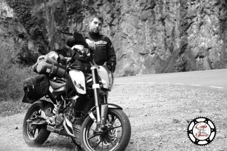 KTM Duke y viajero posando en una de las serpenteantes carreteras del norte asturiano