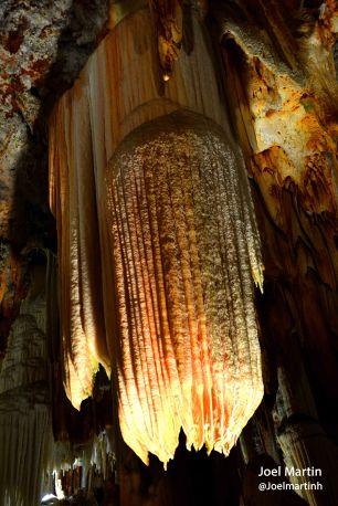 Interior de la gruta del Águila donde se puede observar un gran bloque que dentro de miles de años se formará en forma de columna